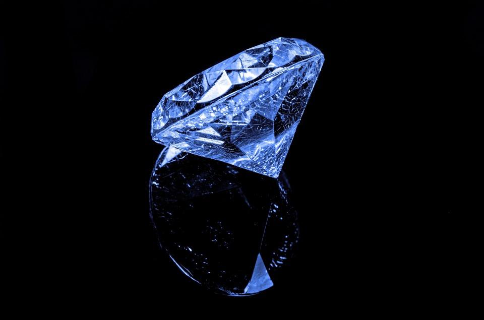 Pierścionek z szafirem – najmodniejszy pierścionek zaręczynowy