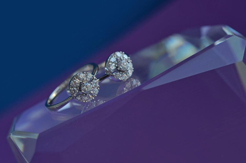 Pierścionek zaręczynowy z białego złota