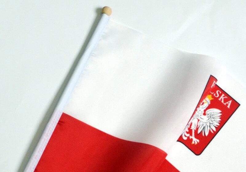 Flaga Polski z Orłem – widok, który zawsze towarzyszy polskim stadionom